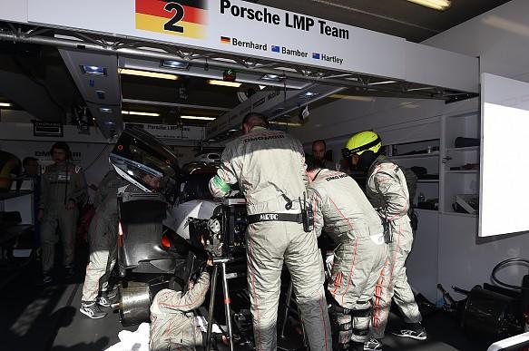 Porsche #2 in garage LeMans 2017