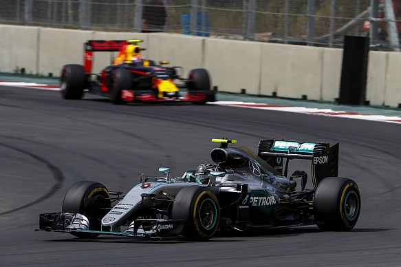 Hamilton wins in rain, forces title showdown with Rosberg