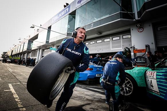 Falken Motorsport tyre change
